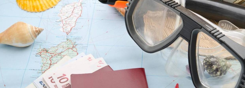 Duikbril met paspoort op landkaart