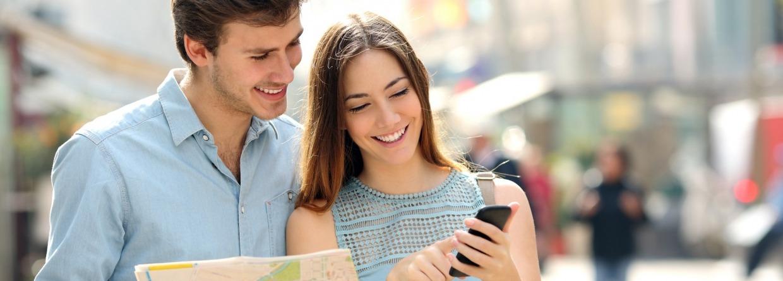 Stel op straat met iphone en kaart