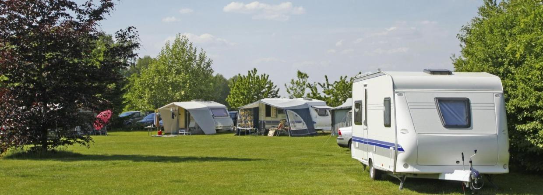 Caravans op een veld op de camping