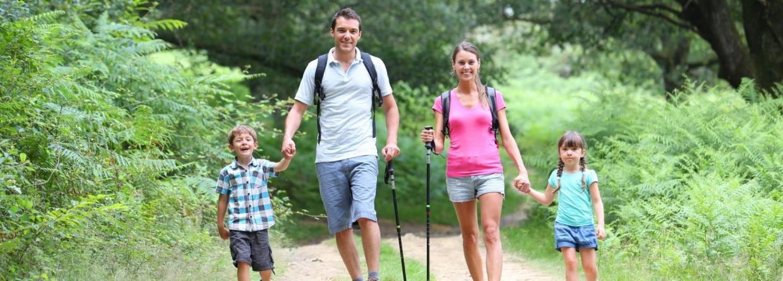 Stel wandeldt met kinderen in het bos