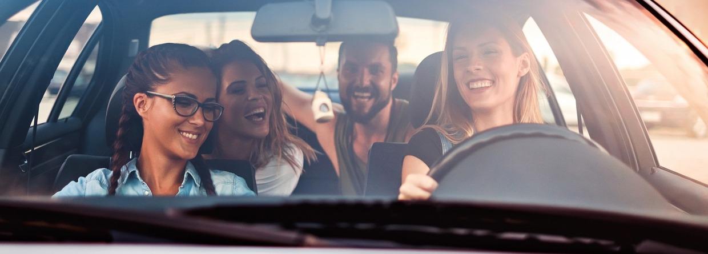 Een vrouw met vrienden in een auto