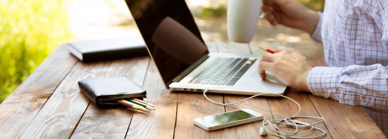 Laptop en mobiele telefoon buitenshuis